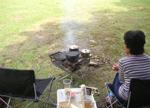 焚き火で調理中